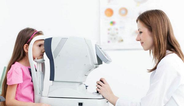 прокалывать ушки - сначала проверить ребенка у офтальмолога
